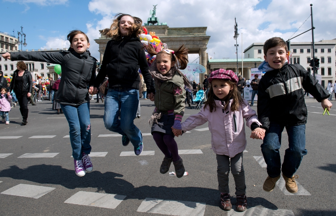 "Kinder springen auf dem Internationalen Kinderfest ""23 Nisan"" vor dem Brandenburger Tor in Berlin."